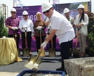 Presiden Direktur GKA Land, Dedi Setiadi saat prosesi topping off Tower Chrysant Bintaro Icon