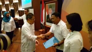 Direktur Jenderal Penyediaan Perumahan Syarif Burhanuddin (kiri) menyerahkan penghargaan kepada salah seorang pegawai