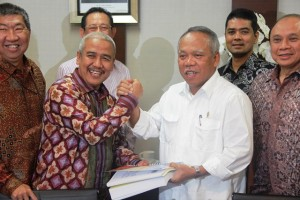 Menteri PUPR Basuki Hadimuljono (kanan) dan Ketua Umum DPP REI Soelaeman Soemawinata (kiri)