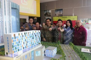 Jajaran direksi dan manajemen Lumina City di depan maket superblok Lumina City