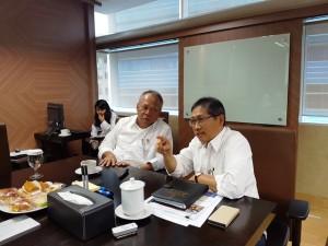 Menteri PUPR Basuki Hadimuljono (kiri) dan Direktur Jenderal Penyediaan Perumahan Kementerian PUPR Syarif Burhanuddin (kanan)