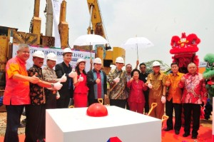 Jajaran Komisaris dan Direksi PT Indoserena Dwimakmur beserta undangan saat ground breaking Lumina City