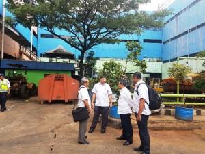 Dirjen Penyediaan Syarif Burhanuddin (kedua dari kanan) bersama sejumlah staf meninjau lokasi pembangunan Rusunawa Pasar Minggu di Jakarta Selatan, Rabu (8/2). Kementerian PUPR meminta PD Pasar Jaya untuk segera memastikan lokasi pembangunan Rusunawa untuk MBR tersebut.