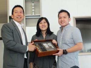 Marketing Director PT Sutera Agung Properti Boy Noviyandi (kiri) saat prosesi serah terima kunci