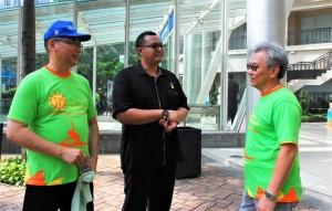 Bambang Setiobudi Direktur ICM (kanan) bersama Adjit Lauhatta Ketua DPP Persatuan Perhimpunan Penghuni Rumah Susun Indonesia (kiri) berdiskusi dengan Awan Rahargo Senior Manager MURI (tengah) seusai pengumuman Pemecahan Rekor MURI Kategori Senam Pilates Terbanyak, Sabtu, 4 Maret 2017, di Podomoro City, Jakarta.