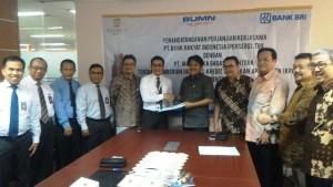 Direktur Utama PT Mahardika Gagas Sejahtera Lukman Purnomosidi berjabat tangan dengan Kepala Divisi Konsumer PT Bank Rakyat Indonesia (Persero) Tbk, Sutadi Prayitno usai penandatanganan