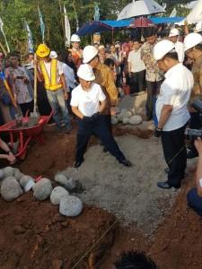 Proses Peletakan Batu Pertama Pembangunan Rumah Guru di Kabupaten Gowa, Sulawesi Selatan