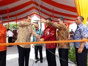 Chairman and Owner CT Corp, Chairul Tanjung menggunting pita saat prosesi groundbreaking Trans Park @Cibubur