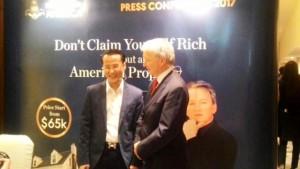 Hans Herwin, Chief Marketing Officer Asia Pacific Region, Helix Homes America LLC (kiri) berbincang dengan Dolf De Roos No.1 Internasional Property Guru (kanan) saat US Real Estate Summit 2017 di Jakarta, Sabtu, 15 April 2017