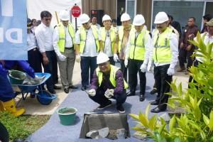 Pradi Supriatna, Wakil Walikota Depok meletakkan batu pertama pembangunan JPO saat acara Groundbreaking apartemen EVENCIIO Margonda, Depok (4/12/2017).