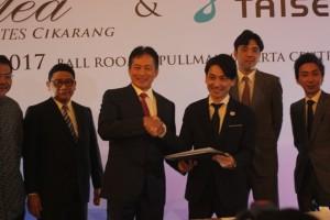 Direktur Utama PT. Graha Puji Propertindo, Damian Pudjiadi (kiri) dan Norihiro Kato, Director Taisei (kanan) berjabat tangan usai penandatanganan kerjasama