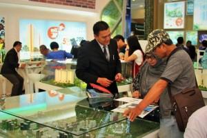 Pengunjung mendapat penjelasan mengenai Sentra Timur Residence di REI Expo