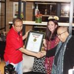 Direktur Utama Adhi Persada Properti Agus Sitaba (kiri) menerima sertifikat MURI dari Jaya Suprana (kanan)