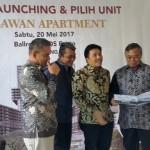 Bagus Febru Saptono, Project Director Begawan Apartment PPRO (baris kedua kiri) mendampingi Galih Saksono, Direktur Realti PPRO (baris ketiga) dan Indaryanto, Direktur Keuangan PPRO (baris keempat)