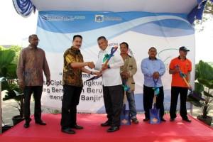 Herman Goh, Finance Director PT Mitra Sindo Sukses (Jakarta Garden City)) dan (kedua dari kiri) Dharma Mitra, Corporate Human Capital & Legal Division Head PT Modernland Realty Tbk. secara simbolis menyerahkan bantuan perlengkapan kerja (sekop) kepada perwakilan dari kelurahan Cakung Timur (5/5)
