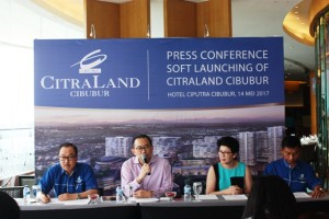 Harun Hajadi Managing Director Ciputra Group (tengah), Nanik J, Santoso Director Ciputra Group (kanan), dan Iskandar Witjaksono Director Ciputra Group (kiri) saat Konferensi Pers Launching Perdana CitraLand Cibubur, Minggu, 14 Mei 2017, di Hotel Ciputra Cibubur.