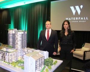 Director of Sales and Marketing Asia Crown Group Guy Major (kiri) dan Waterfall by Crown Group Global Ikon Paula Verhoeven (kanan) di depan maket Waterfall by Crown Group.
