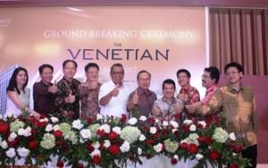 Wakil Walikota Tangerang Selatan, Benyamin Davnie bersama jajaran direksi Kingland Avenue melakukan prosesi ground breaking.