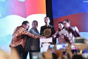 Direktur Utama Bank BTN Maryono (paling kanan) bersama Presiden RI Joko Widodo saat peresmian Villa Kencana Cikarang, Kamis (4/5)