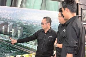 GM Transit Oriented Development & Hotel PT AdhiKarya (Persero) Tbk Amrozi Hamidi menjelaskan maket LRT City di kawasan Sentul, Bogor