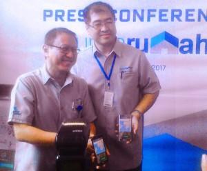 Presiden Direktur MNC Bank Benny Purnomo (kiri) saat peluncuran aplikasi Punyarumah.