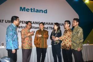 Jajaran Direksi PT Metropolitan Land, Tbk (MTLA) berbincang usai RUPS, Jumat (19/5)