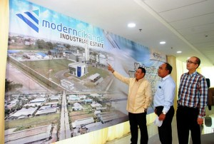 (Kiri-Kanan) Direktur Utama PT Modern Industrial Estat Pascall Wilson, General Mananger Operational PT Modern Industrial Estat I Wayan Satia, General Manager  Sales & Marketing PT Modern Industrial Estat Erwin Wijaya.