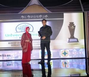 Managing Director University Resort Dimas Ario Purnomosidi (kanan) usai menerima trophy IMHA 2017