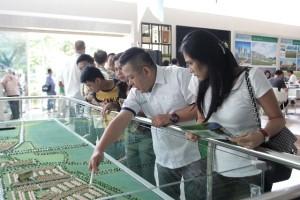 GM Marketing & Sales Jakarta Garden City Hyronimus Yohanes menjelaskan produk Jakarta Garden City
