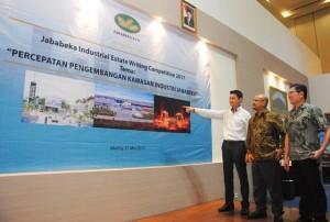 Presiden Direktur PT Grahabuana Cikarang Sutedja Sidarta Darmono sedang menjelaskan kawasan Jababeka Cikarang,