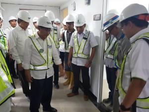 Direktur Jenderal Penyediaan Perumahan Kementerian PUPR Syarif Burhanuddin (kiri) saat meninjau teknologi Precast di Karawang