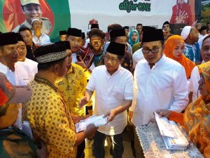Direktur Jenderal Penyediaan Perumahan Syarif Burhanuddin saat memberikan bantuan