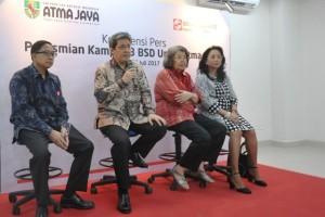 Managing Director President Office Sinar Mas Land, Dhony Rahajoe (dua dari kiri) saat konferensi pers