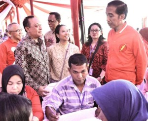 Direktur Utama Bank BTN Maryono (kiri) saat mendampingi Presiden RI Joko Widodo pada peluncuran rumah subsidi di Pekanbaru