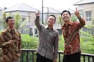 (Ki-Ka) Permadi Indra Yoga (Pimpinan Proyek Serenia Hills), Utama Gondokusumo (Executive Director Intiland Development Tbk) dan Hiroyoshi Suga (President Director Panasonic Gobel Indonesia) usai penandatanganan kerjasama