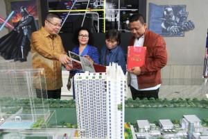 Calon konsumen mendapat penjelasan di depan maket proyek JKT Living Star