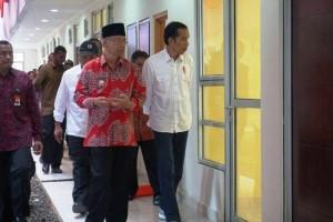 Presiden RI Joko Widodo bersama rombongan saat meninjau Rusunawa Temanggung
