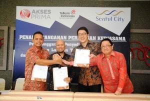 (Kiri – Kanan) Teuku Muda Nanta, Executive Vice President Telkom Regional 2 Jabotabek, Gunung Kartiko, Presiden Direktur PT Akses Prima Indonesia, dan Keith Steven Muljadi, Presiden Direktur PT Sentul City Tbk.