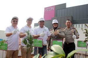 President Director PT Modernland Realty Tbk. William Honoris (Paling Kiri) dan Walikota Jakarta Timur Bambang Musyawardana (Ketiga Kiri) saat Tree-Planting Ceremony