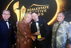 Menteri Pekerjaan Umum dan Perumahan Rakyat Basuki Hadimuljono (kiri) memberikan trophy penghargaan RCA 2017 kepada Managing Director PT. Sri Pertiwi Sejati (SPS) Group Asmat Amin (kanan)