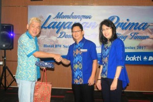 EVP Corporate Social Responsibility (CSR) Bank BCA Inge Setiawati (paling kanan) saat program CSR di Belitung Timur