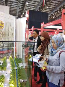 pengunjung yang sedang melihat stand booth Apartemen Cimanggis City pada pameran Indonesia Property Expo (IPEX) yang berlangsung di JCC Senayan jakarta (11-20 Agustus 2017)