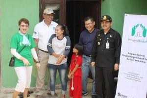 Head of CSR Intiland Theresia Rustandi (paling kiri) dan Lastri bersama anaknya (tengah) sumringah menerima bantuan bedah rumah dari Intiland Foundation