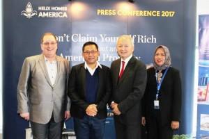 No.1 Internasional Property Guru, DR. Dolf de Roos (dua dari kiri) dan Chief Executive Officer Helix Homes America LLC, Joe Nelson (paling kiri) usai peresmian kantor baru di Jakarta, Indonesia