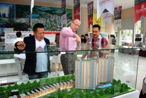 (Kiri – Kanan) GM Marketing & Sales Jakarta Garden City Hyronimus Yohanes, Direktur Utama PT Mitra Sindo Sukses Sami Miettinen, dan Finance Director PT Mitra Sindo Sukses Herman Goh sedang mengamati maket Cleon Park saat acara launching.