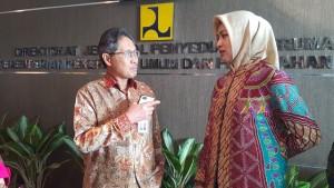 (ki-ka) Dirjen Penyediaan Perumahan PUPR Syarif Burhanuddin dan Walikota Tangerang Selatan Airin Rachmi Diany saat berbincang di Gedung PUPR