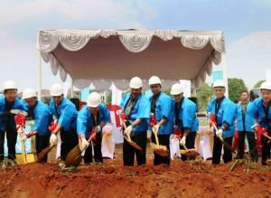 CEO Commercial Sinar Mas Land Hongky J Nantung bersama manajemen lainnya pada acara prosesi groundbreaking Apartemen Aerium di Taman Permata Buana di Jakarta, Sabtu (5/8/2017).