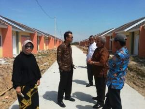 Ketum DPP REI Soelaeman Soemawinata (dua dari kanan) berbincang dengan Managing Director SPS Group Asmat Amin didampingi General Manager SPS Group Tuti Mugiastuti (paling kiri) di proyek Villa Kencana Cikarang