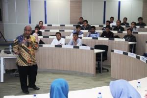 Ketua Umum DPP REI Soelaeman Soemawinata memberikan materi pada Seminar Properti Syariah